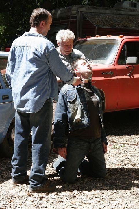 Matt Thorpe (Dwier Brown, l.) und Isaac Bryce (Randy Oglesby, M.) haben offensichtlich ein Problem mit Curtis Horn (John Krasinski, r.) ... - Bildquelle: Warner Bros. Entertainment Inc.