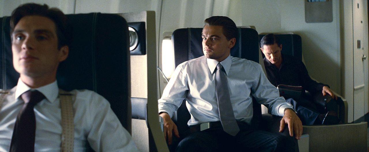 Auf einem mehrstündigen Flug von Sydney nach Los Angeles wollen Cobb (Leonardo DiCaprio, M.), Eamen (Tom Hardy, r.) und ihr Expertenteam einen noch... - Bildquelle: 2010 Warner Bros.