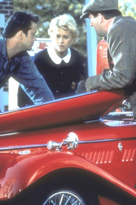 Ed (Tim Robbins, l.), der Automechaniker, verliebt sich unsterblich in die Nichte des genialen Wissenschaftlers Albert Einstein. Catherine (Meg Ryan... - Bildquelle: Paramount Pictures