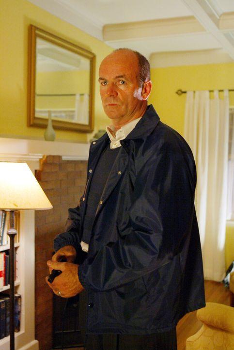 Lt. John Stillman (John Finn) hält seine Waffe bereit. Wird er in diesem Haus auf den Täter eines bisher ungeklärten Mordfalles treffen? - Bildquelle: Warner Bros. Television