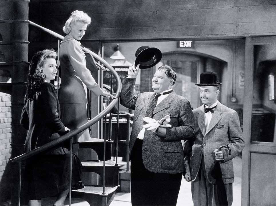 Ollie (Oliver Hardy, 2.v.r.); Stan (Stan Laurel, r.) - Bildquelle: 1942 Twentieth Century Fox Film Corporation.