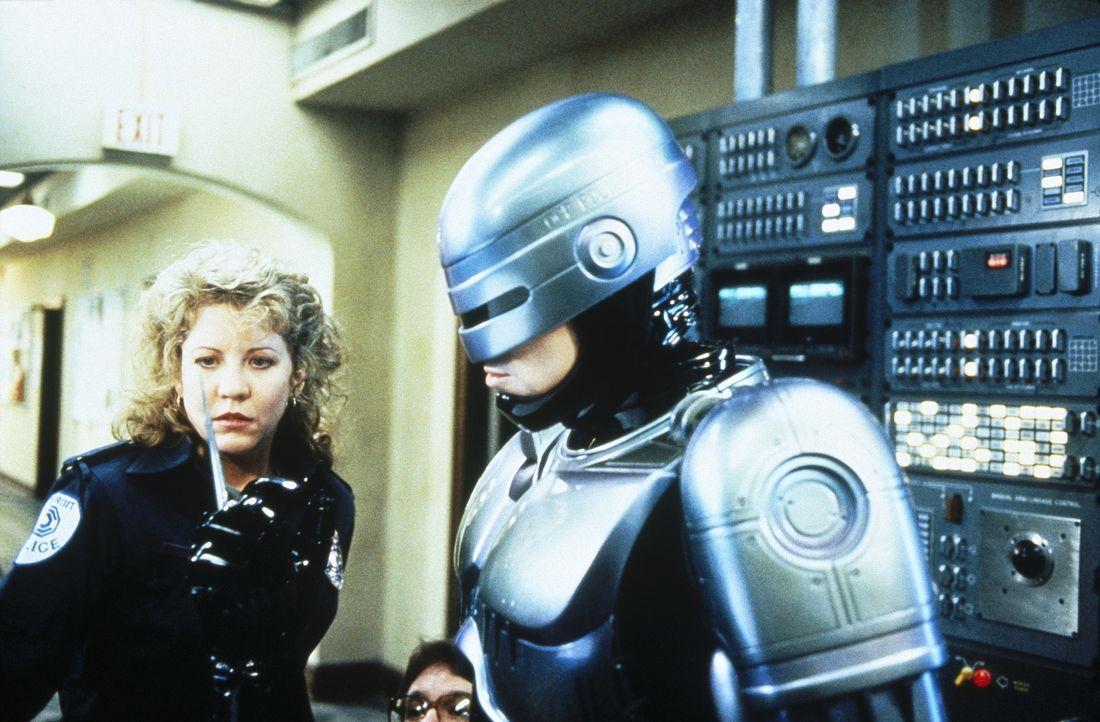 Police-Officer Lewis (Nancy Allen, l.) ist von der Vielseitigkeit des RoboCops (Robert John Burke, r.) fasziniert ... - Bildquelle: Columbia TriStar Film