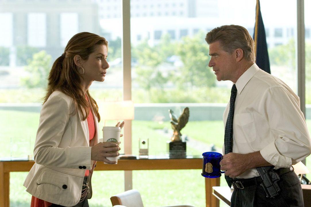 Eigentlich will FBI Leiter Collins (Treat Williams, r.) Gracie (Sandra Bullock, l.) nur schützen und hält sie deshalb aus dem Fall raus. Wieder ei... - Bildquelle: Warner Bros. Television