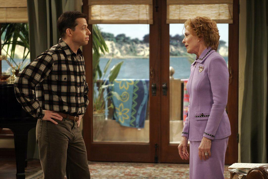 Jake kommt stolz mit einer Eins aus der Schule, doch es gelingt seiner Großmutter Evelyn (Holland Taylor, r.), ihm die gute Note zu vermiesen. Doch... - Bildquelle: Warner Brothers Entertainment Inc.