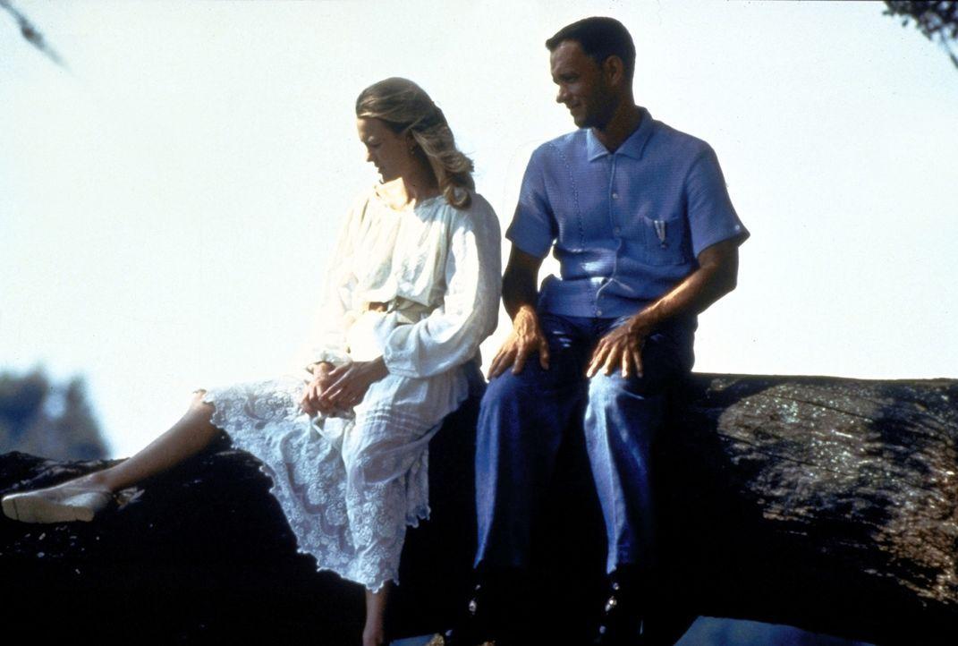 Die enge Freundschaft zwischen Forrest (Tom Hanks, r.) und Jenny (Robin Wright, l.) hält ein Leben lang ... - Bildquelle: Paramount Pictures