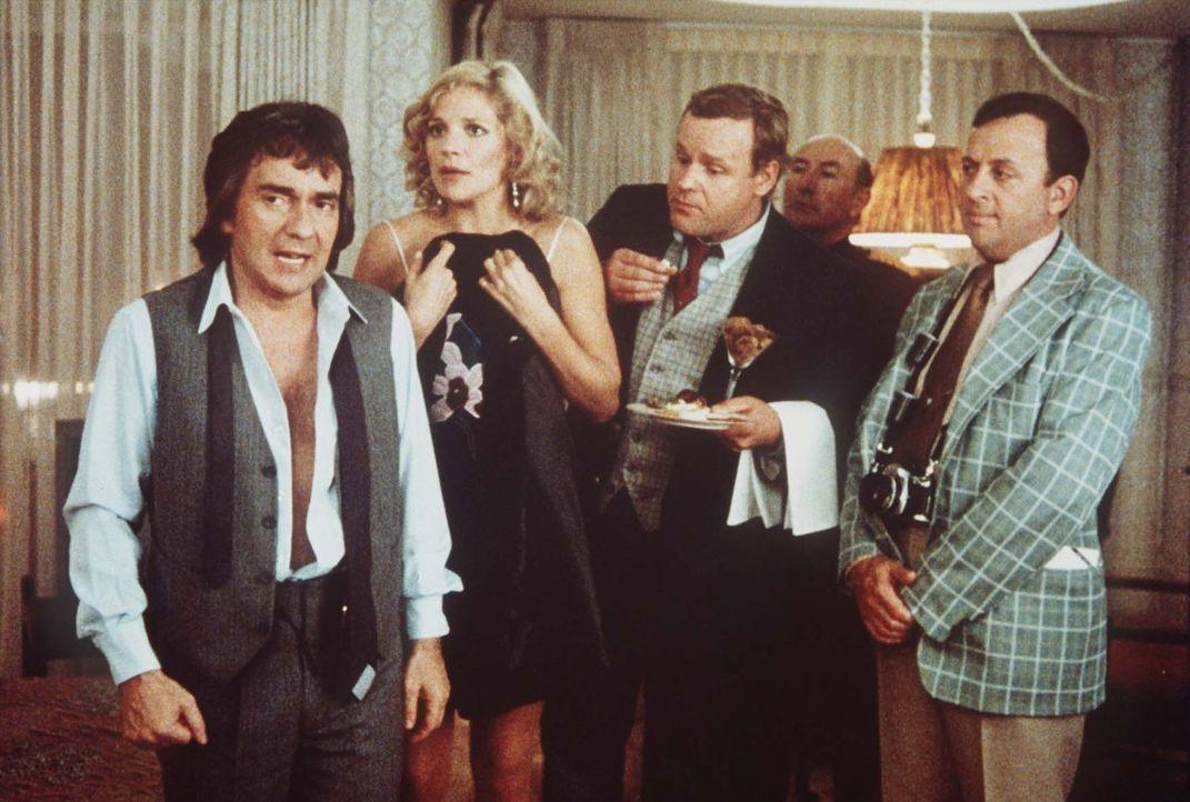 Wylie (Dudley Moore, l.) erlebt einen herben Karriereknick. Doch da kommt ihm die rettende Idee ... - Bildquelle: Paramount Pictures