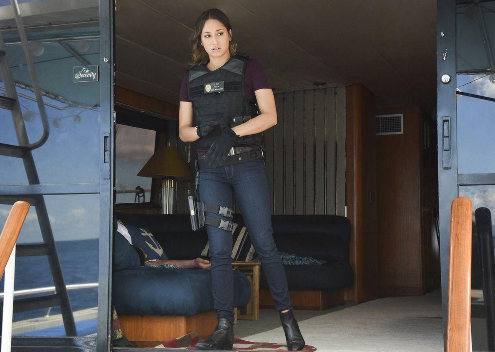 Als eine Frau von der Küstenwache aus einem Rettungsboot geborgen wird, führt Tani (Meaghan Rath) und das Five-0 die Spur auf eine Yacht, dessen Pas... - Bildquelle: Norman Shapiro 2017 CBS Broadcasting Inc. All Rights Reserved. / Norman Shapiro