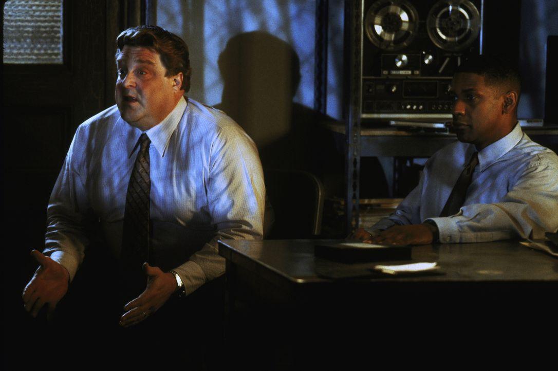 John Hobbes (Denzel Washington, r.) und sein Kollege Jonesy (John Goodman, l.) entdecken in dem Video, das von dem Serienkiller kurz vor seiner Hinr... - Bildquelle: Warner Brothers