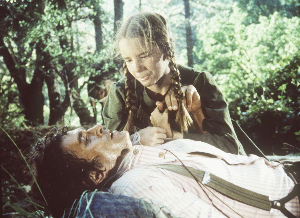 Laura (Melissa Gilbert, r.) muss den schwer verletzten Charles (Michael Landon, liegend) aus der Wildnis retten. - Bildquelle: Worldvision