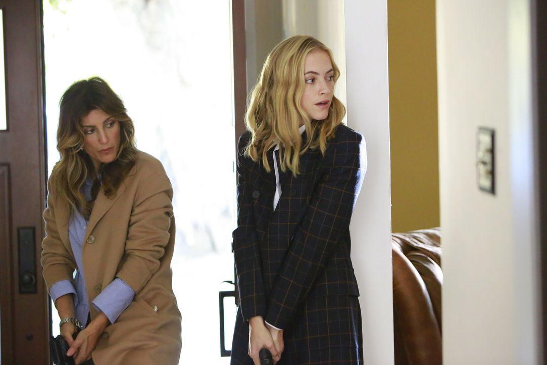 Als Quinn (Jennifer Esposito, l.) und Bishop (Emily Wickersham, r.) im Haus der gekidnappten Kelly nach ihrem Ehemann suchen, erleben sie eine böse... - Bildquelle: Bill Inoshita 2016 CBS Broadcasting, Inc. All Rights Reserved / Bill Inoshita
