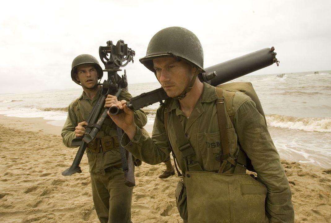 Kaum auf der Insel Guadalcanal gelandet, beginnt für die jungen Marines Robert (James Badge Dale, r.) und Chuckler (Josh Helman, l.) ein gnadenlose... - Bildquelle: Home Box Office Inc. All Rights Reserved.