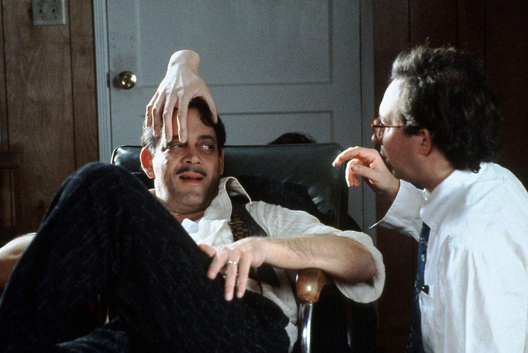 Das eiskalte Händchen ist immer zur Hilfe, wenn Gomez Addams (Raul Julia, l.) mal wieder gestresst von den verwirrenden Familienereignissen ist ... - Bildquelle: Paramount Pictures Global