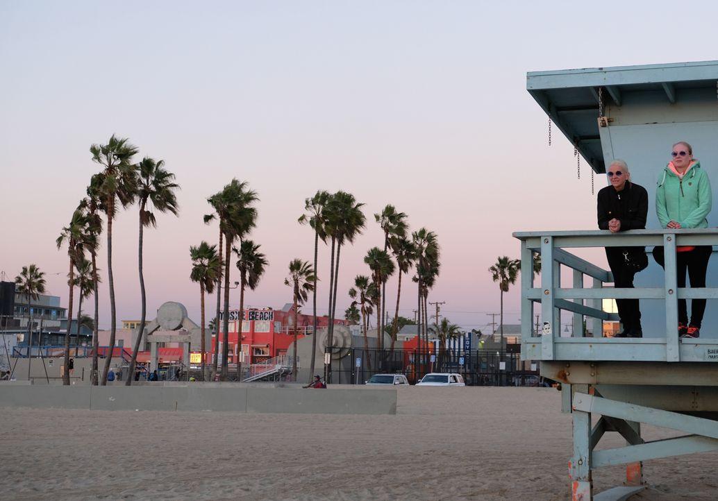 Ihre Reise an Orte, an denen Tamme Tieren geholfen hat, geht weiter: Carmen (l.) und Becki (r.) besuchen Venice Beach ... - Bildquelle: Kabel Eins