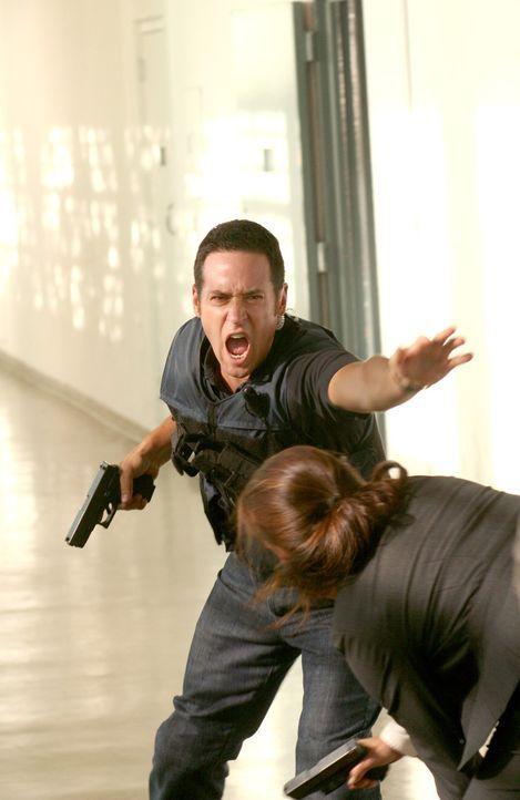Don (Rob Morrow, l.) versucht ein größeres Unglück zu verhindern ... - Bildquelle: Paramount Network Television