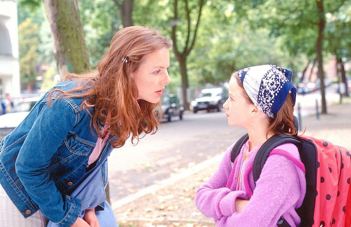 Die ersten Annäherungsversuche zwischen Jenny (Annika Pages, l.) und Lilly (Nina Gummich, r.) schlagen fehl. Erst nach und nach kann Jenny das Vert... - Bildquelle: Mühle ProSieben