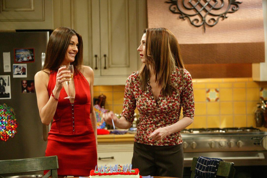 Judiths (Marin Hinkle, r.) attraktive Schwester Liz (Teri Hatcher, l.) kommt zu Jakes Geburtstag. Die Party endet im Chaos ... - Bildquelle: Warner Bros. Television