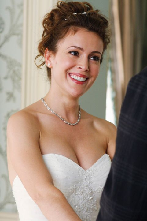 Am Morgen von Kyra Blaines (Alyssa Milano) Hochzeit wird die Brautjungfer tot aufgefunden, doch noch weiß die Braut noch nichts davon ... - Bildquelle: ABC Studios