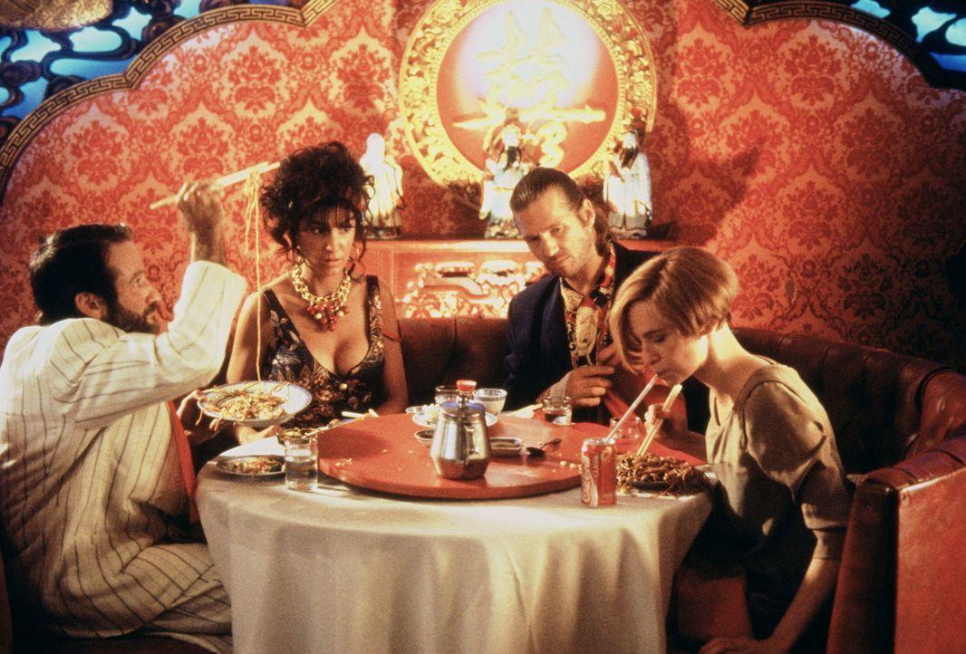 Anne (Mercedes Ruehl, 2.v.l.) und Jack (Jeff Bridges, 2.v.r.) können beim chinesischen Essen nur erstaunt zuschauen, wie sich in Parry (Robin Willi... - Bildquelle: TriStar Pictures