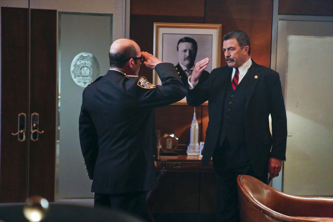 Frank (Tom Selleck, r.) und Dino (John Ventimiglia, l.) beschäftigt der Freitod einer Frau, die mit der Staatsanwaltschaft zusammenarbeitete. Dass s... - Bildquelle: 2013 CBS Broadcasting Inc. All Rights Reserved.