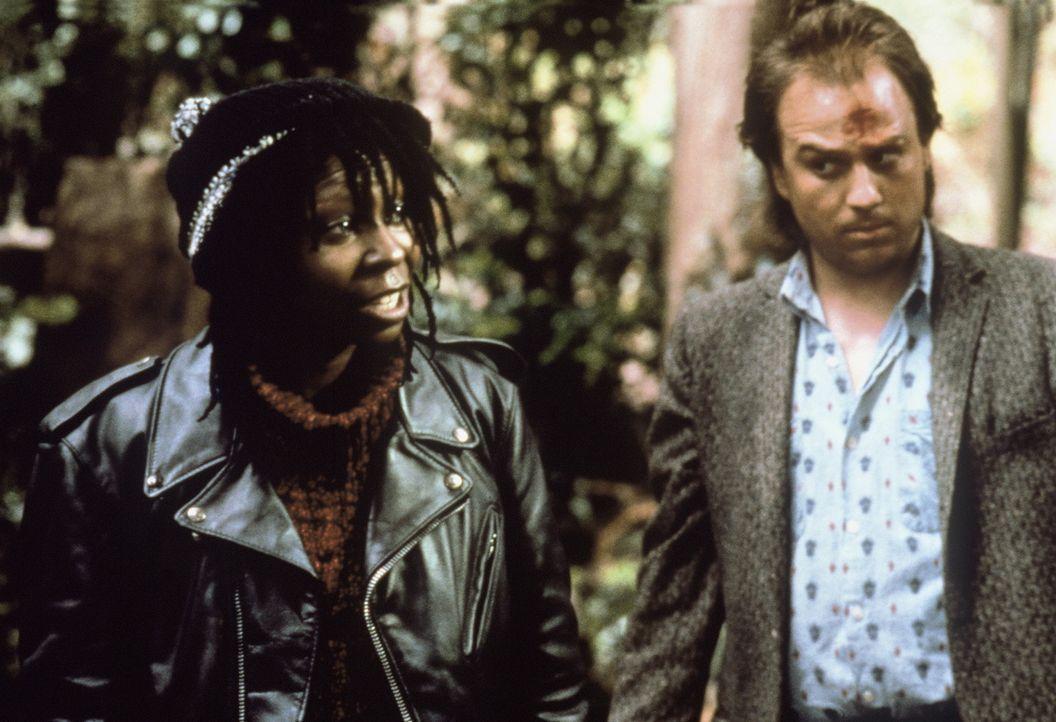 Nicht ganz ungefährlich, was Bernie (Whoopi Goldberg, l.) und ihr Freund Carl (Bob Goldthwait, r.) manchmal riskieren ... - Bildquelle: Warner Bros.