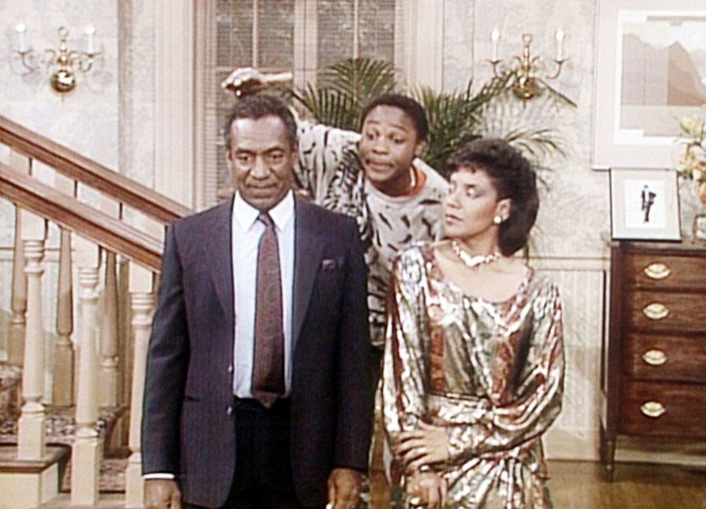 Cliff (Bill Cosby, l.) und Clair (Phylicia Rashad, r.) veranstalten einen Eleganzwettbewerb, dessen Leitung Theo (Malcolm-Jamal Warner, M.) übernim... - Bildquelle: Viacom