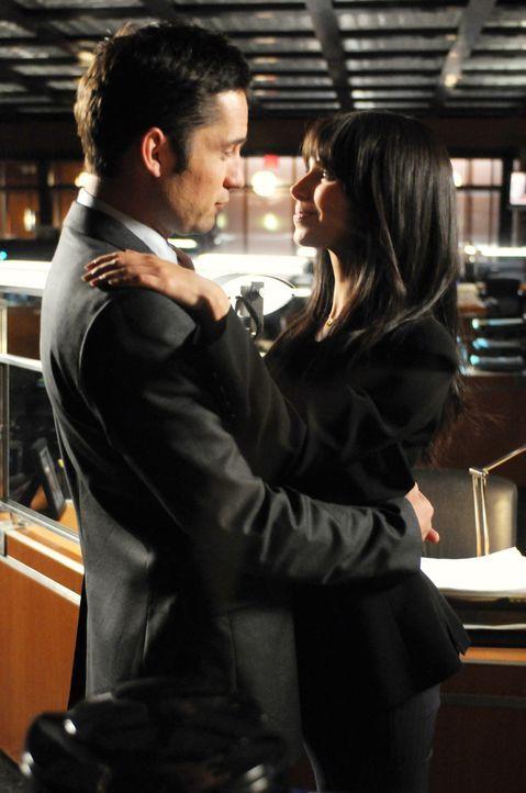 Danny Taylor (Enrique Murciano, l.) macht Elena Delgado (Roselyn Sanchez, r.) einen Heiratsantrag. - Bildquelle: Warner Bros. Entertainment Inc.