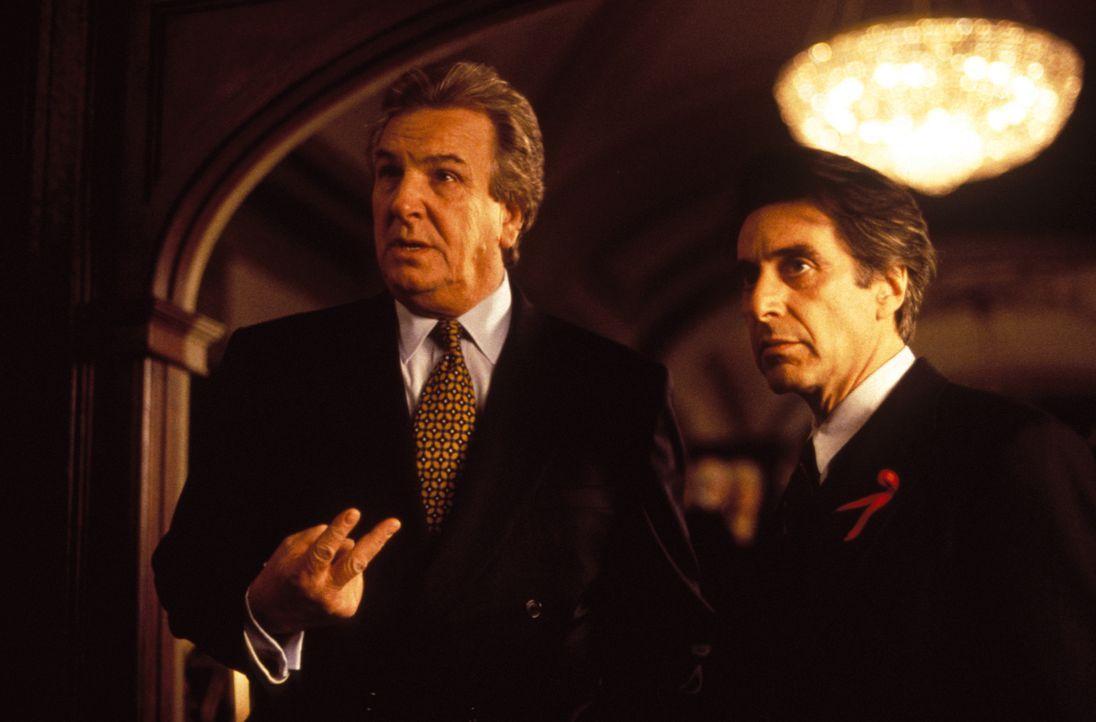 Haben der Bürgermeister John Pappas (Al Pacino, r.) und sein Parteigenosse Frank Anselmo (Danny Aiello, l.) etwas mit dem Mord an dem Mafioso Frank... - Bildquelle: Warner Bros. Television