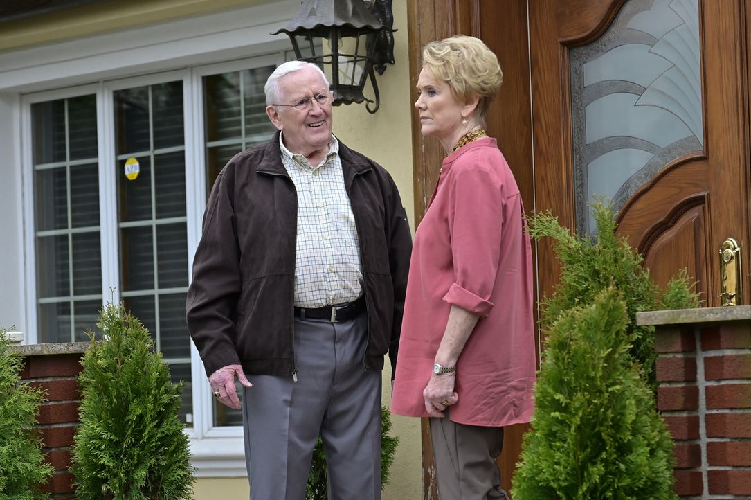 Henry Reagan (Len Cariou, l.); Donna Duvall (Erika Slezak, r.) - Bildquelle: John Paul Filo 2018 CBS Broadcasting, Inc. All Rights Reserved.