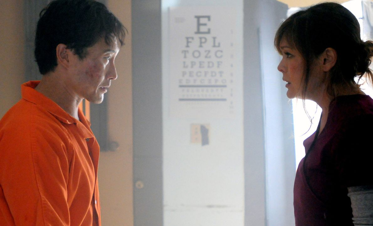 Im Kampf um Leben und Tod: Chin (Daniel Dae Kim, l.) und Leilani (Lindsay Price, r.) ... - Bildquelle: 2012 CBS Broadcasting, Inc. All Rights Reserved.