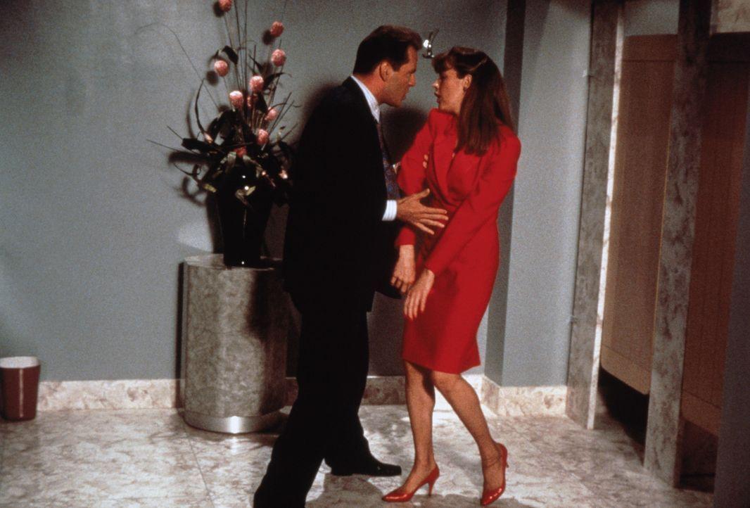 Walter (Bruce Willis, l.) kann sich nicht erklären, was mit seinem Blind Date Nadia (Kim Basinger, r.) geschieht - er kann ja nicht ahnen, dass sie... - Bildquelle: TriStar Pictures