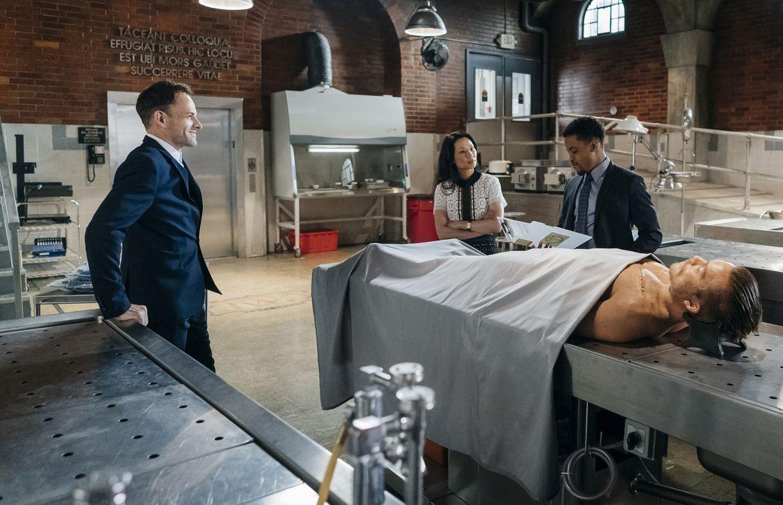 Holmes (Jonny Lee Miller, l.) und Watson (Lucy Liu, M.) werden von Mycrofts Bekannter Lin Wen engagiert, um die Männer ausfindig zu machen, die sie... - Bildquelle: Michael Parmelee 2016 CBS Broadcasting Inc. All Rights Reserved.