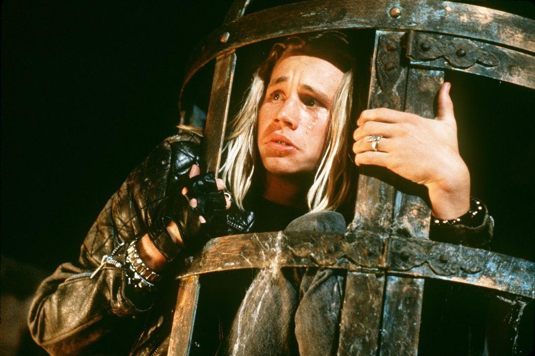 Gerät in die Fänge der drei Sanderson-Hexen, die eigentlich bereits im 17. Jahrhundert gestorben sind: Max (Omri Katz) ... - Bildquelle: The Walt Disney Company