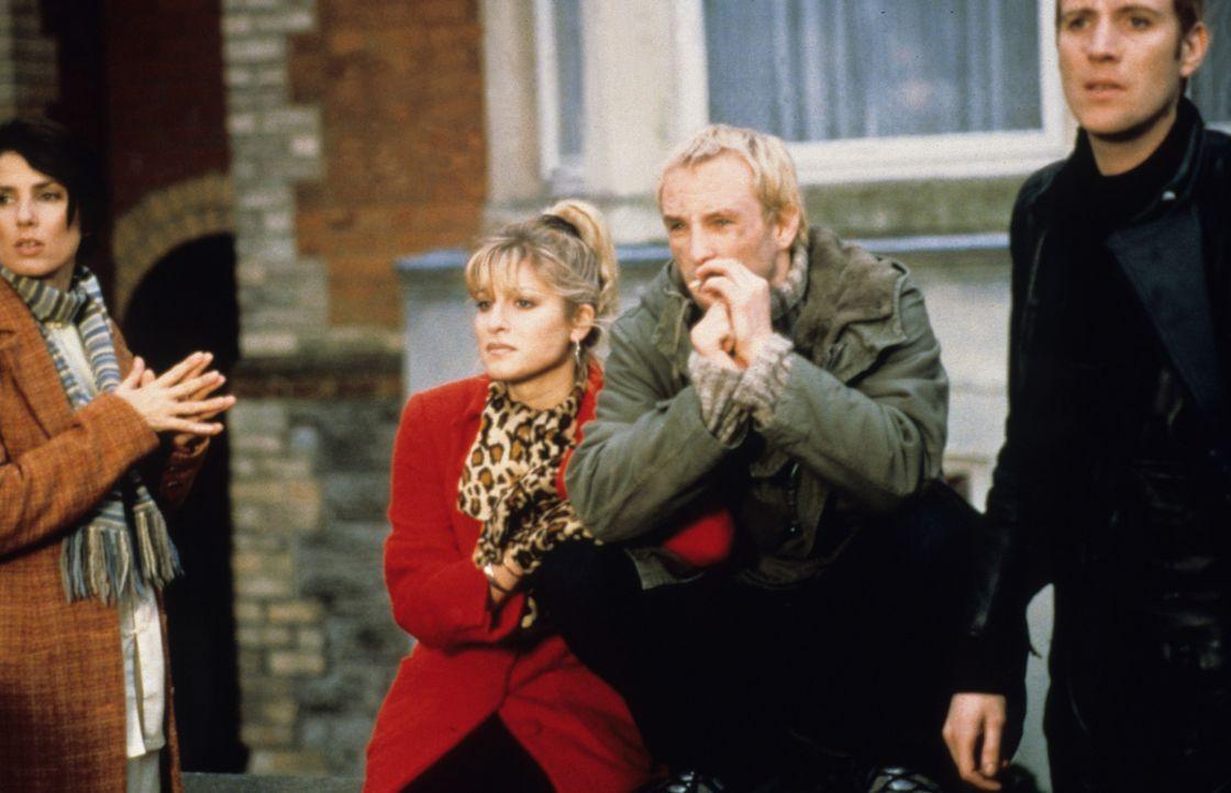 Noch ahnen Pete (Rhys Ifans, 2.v.r.), Sean (Joseph Fiennes, r.), Sarah (Sadie Frost, l.) und Charlie (Dani Behr, 2.v.l.) nicht in, welch ausweglose... - Bildquelle: VCL Communications GmbH