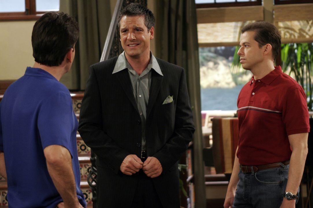 Als der homosexuelle Eric (David Starzyk, M.) Charlie (Charlie Sheen , l.) zu einer Cocktailparty unter Gleichgesinnten einlädt, überredet Charlie... - Bildquelle: Warner Bros. Television