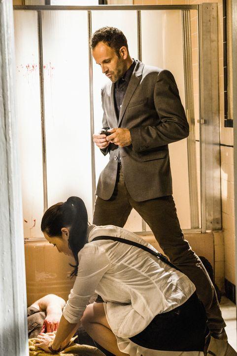 Als bei Captain Gregson eingebrochen wird, werden Sherlock Holmes (Jonny Lee Miller, oben) und Watson (Lucy Liu, unten) hinzugerufen, um den Täter z... - Bildquelle: CBS Television