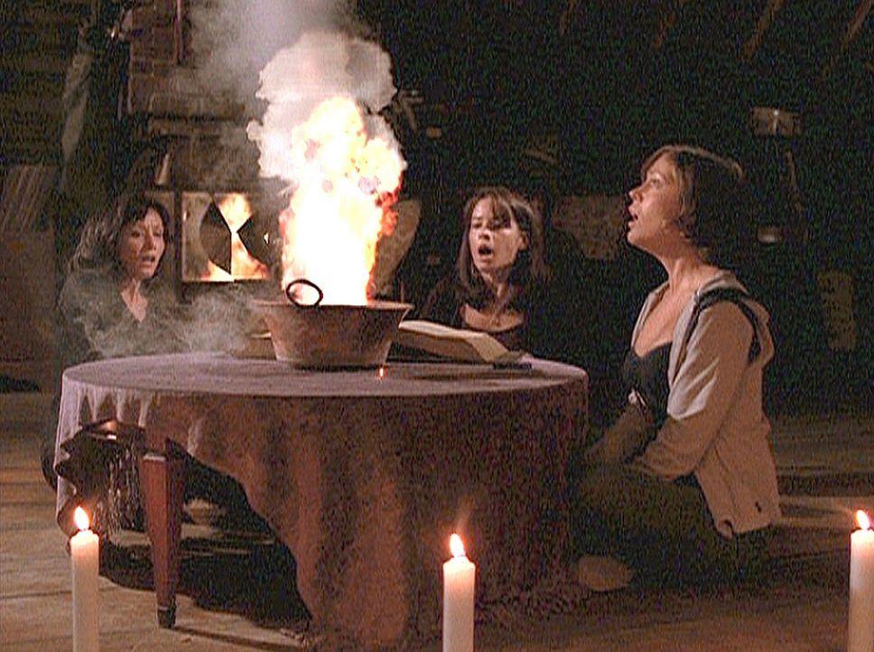 """""""Die Macht von Dreien kann keiner entzweien"""". Mit diesem Hexenspruch gelingt es Phoebe (Alyssa Milano, r.), Prue (Shannen Doherty, l.) und Piper (Ho... - Bildquelle: Paramount Pictures"""