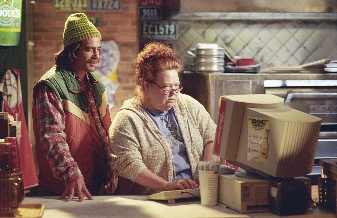 Halten stets zu ihrem Freund Mr. Deeds: Murph (Peter Dante, l.) und Jan (Conchata Ferrell, r.) ... - Bildquelle: 2003 Sony Pictures Television International. All Rights Reserved.