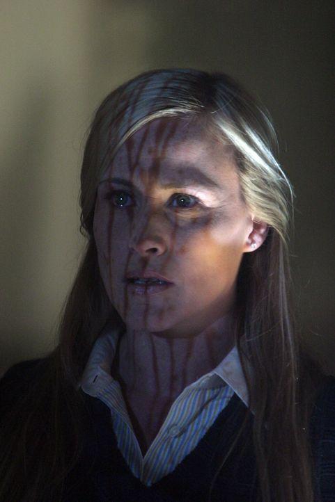 Als sich Allison (Patricia Arquette) die Fotos vom Tatort ansieht, hat sie eine Vision ... - Bildquelle: Paramount Network Television