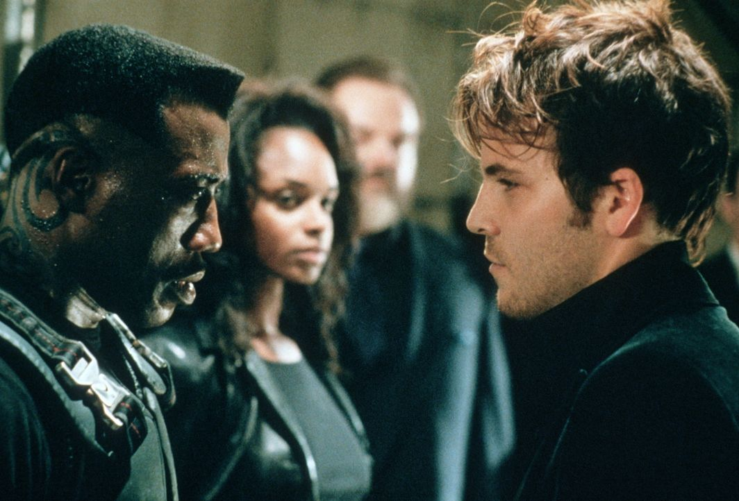 Um Blade (Wesley Snipes, l.) in eine tückische Falle locken zu können, missbraucht Frost (Stephen Dorff, r.) die attraktive Ärztin Karen (N'Bushe Wr... - Bildquelle: New Line Cinema