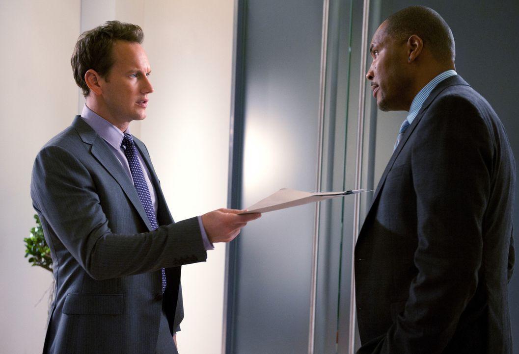 """Michael (Patrick Wilson, l.) stellt Evan """"E-Mo"""" Morris (Eriq La Salle, r.), einen befreundeten Neuropsychiater, ein und übergibt ihm auch gleich ei... - Bildquelle: 2011 CBS BROADCASTING INC. ALL RIGHTS RESERVED"""