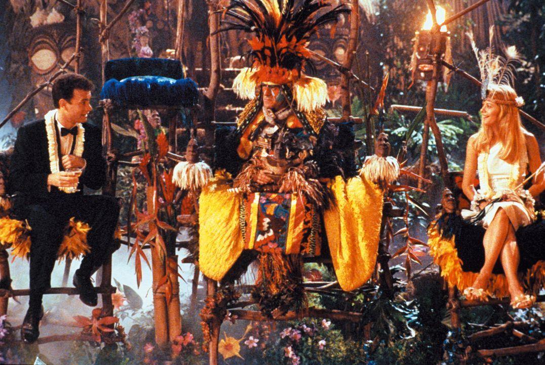 Der Häuptling (Abe Vigoda, M.) traut Patricia (Meg Ryan, r.) und Joe (Tom Hanks, l.) noch, bevor sich die beiden todesmutig in den Vulkan stürzen... - Bildquelle: Warner Bros.
