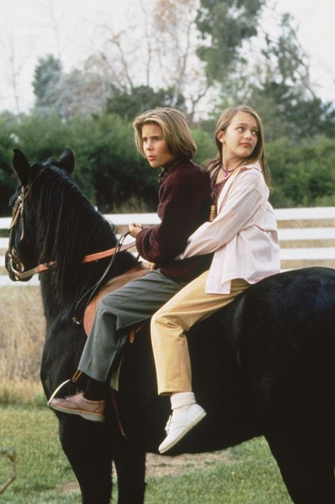 Die Waisen Danny (Eric von Detten, l.) und Anna (Elizabeth Moss, r.) werden von einem reichen Geschäftsmann adoptiert - aber nicht aus Zuneigung ... - Bildquelle: WALT DISNEY COMPANY