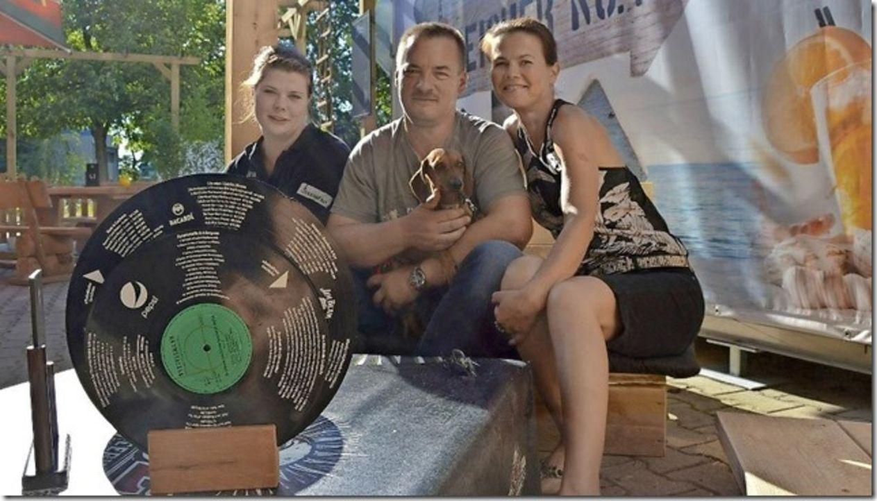 Servicekraft Sandra Reiche (l.), Geschäftsführer Michael Schilling (M.), seine Frau Silke Schilling (r.) und der Familienhund haben im neuen Außenbe... - Bildquelle: kabel eins