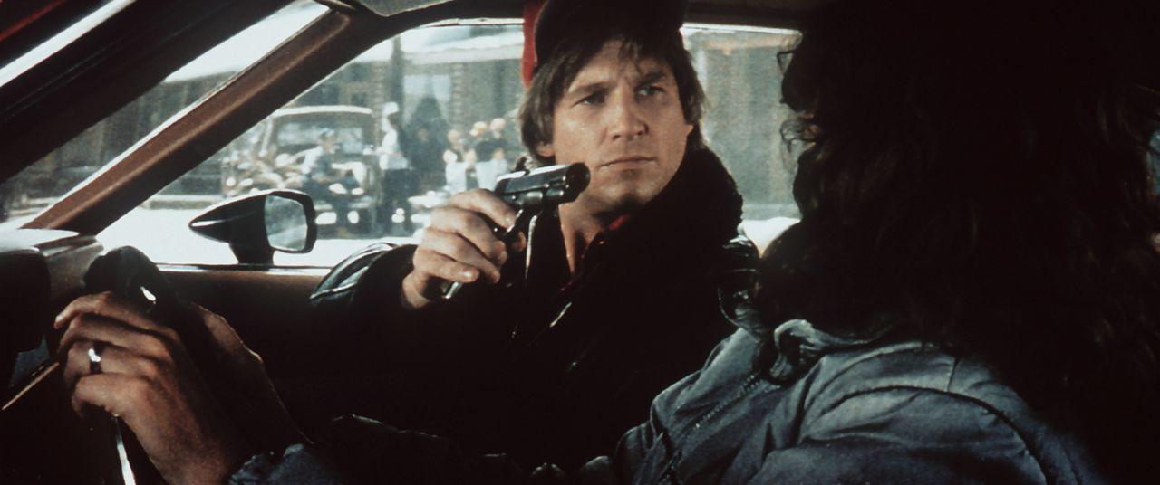 Die Autofahrt nach Arizona wird für Jenny (Karen Allen, r.) und Starman (Jeff Bridges, l.) zu einer dramatischen Verfolgungsjagd ... - Bildquelle: Columbia Pictures