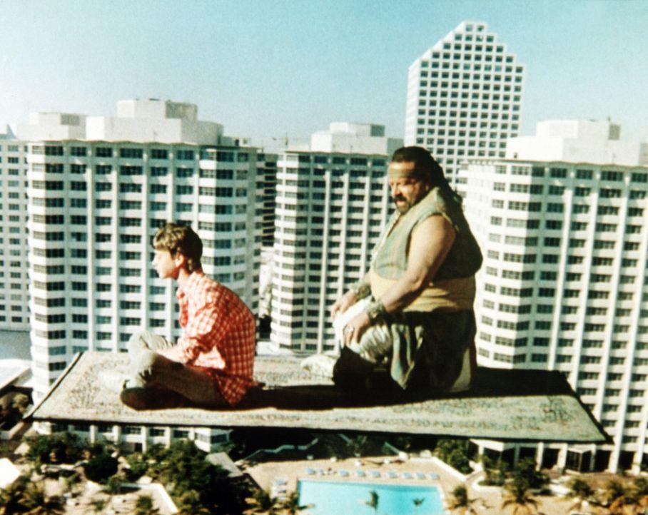 Mit seinem Flaschengeist (Bud Spencer, r.) erlebt Aladin (Luca Venantini, l.) so einige aufregende Dinge ... - Bildquelle: Cannon Films