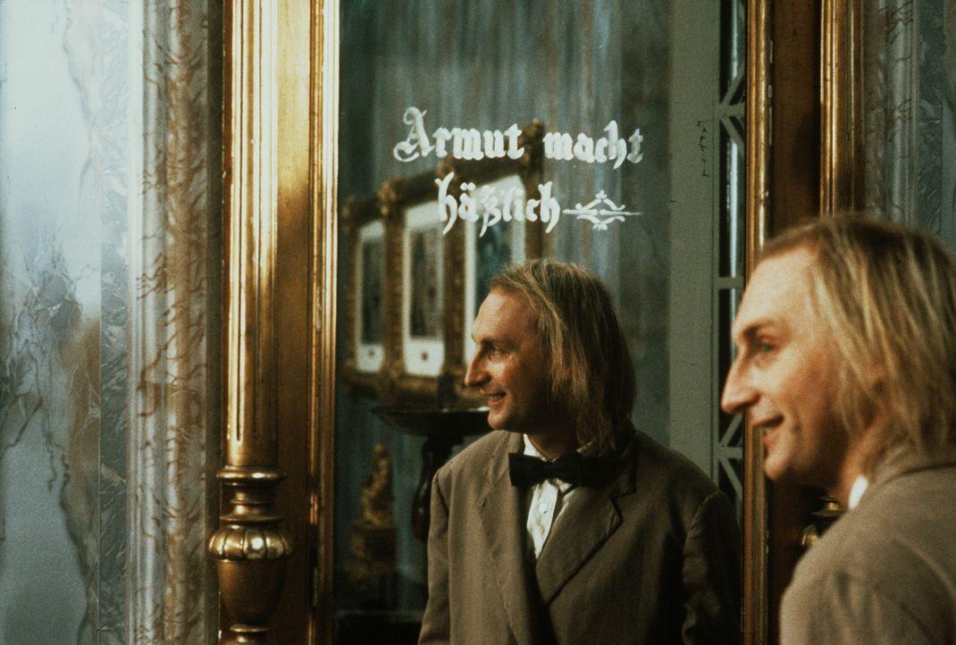 Weil Otto (Otto Waalkes) möglichst schnell an Geld kommen muss, gerät er von einer Schwierigkeit in die nächste ... - Bildquelle: Tobis Filmkunst