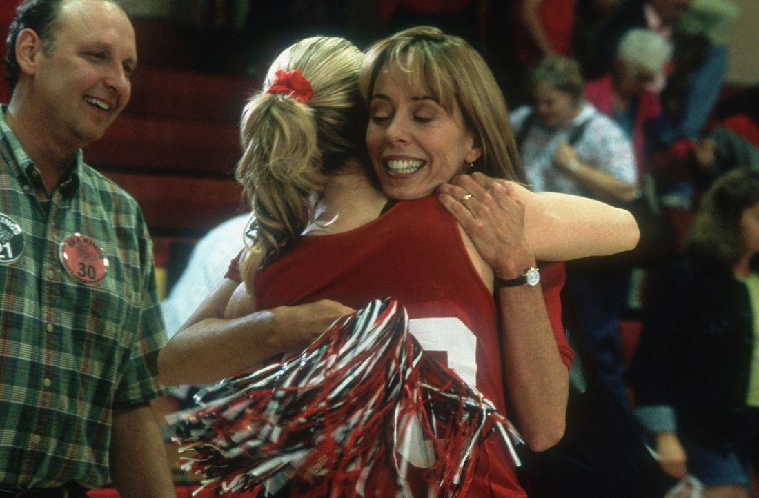 Auf der neuen Highschool fahren Heather und Heidi gleich große Erfolge ein. Larry (Nick Searcy, l.) und seine Frau Mary (Mackenzie Phillips, r.) si... - Bildquelle: Walt Disney Television