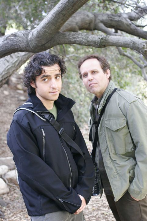 Bei einer Wanderung machen Larry (Peter MacNicol, l.) und Charlie (David Krumholtz, r.) eine grauenvolle Entdeckung ... - Bildquelle: Paramount Network Television