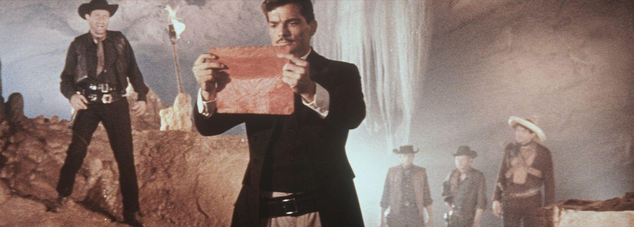 Der Oberschurke, genannt der 'General' (Larry Pennell, M.), hält ein äußerst wertvolles und bedeutendes Dokument in seinen Händen ... - Bildquelle: Warner Bros.