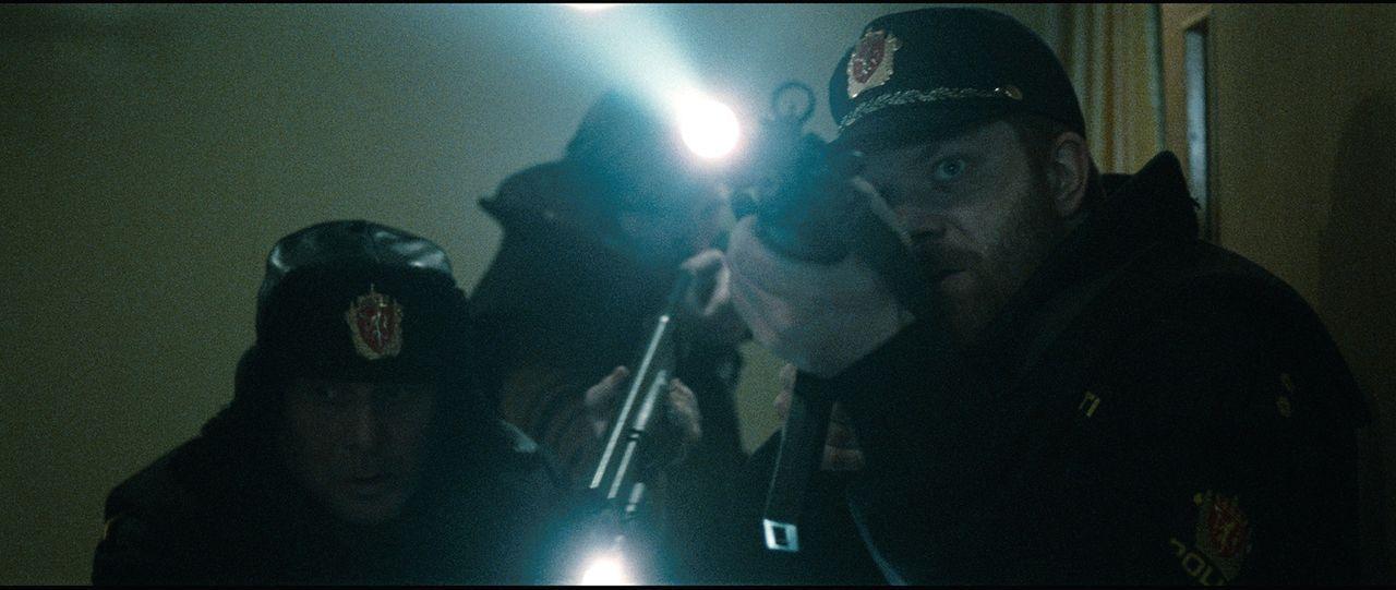 Der Chef der Polizeieinheit Einar (Per Schaaning, r.) und seine Kollegen (Andreas Cappelen, l.) können zunächst nicht glauben, dass der Killer nun i... - Bildquelle: Fantefilm Fiksjon